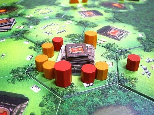 le rouge a 2 ouvriers et le chef (qui vaut 3 pour les majorités) donc 5 et le orange a 4 ouvriers et le chef donc 7. si la situation reste la même au moment du décompte, seul le orange pourra marquer des points de victoires.